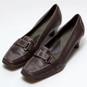 Aerosoles Low heel brown pumps with stitching.